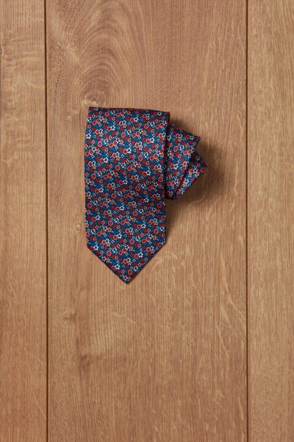 Corbata azul flores rojas y blancas