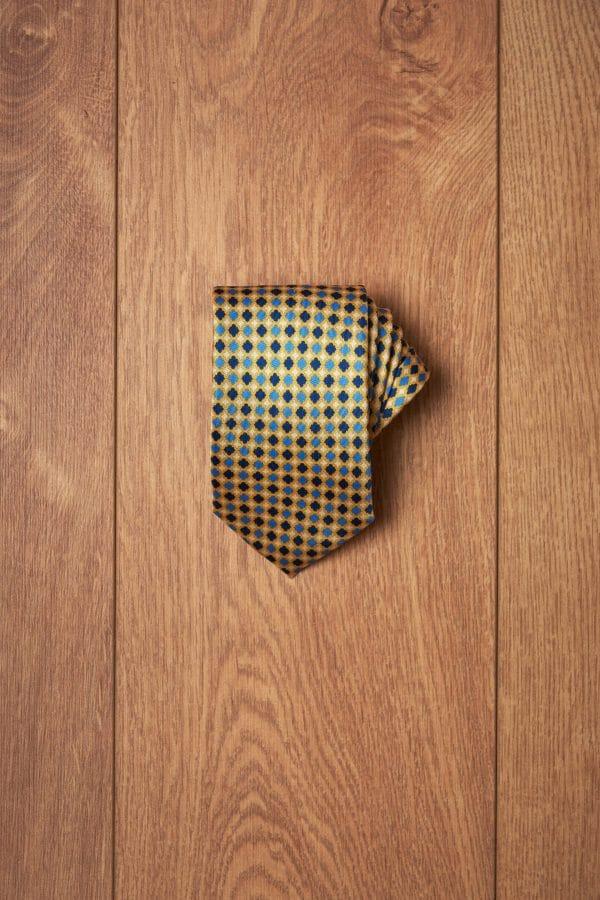 Corbata amarilla secuencia azules