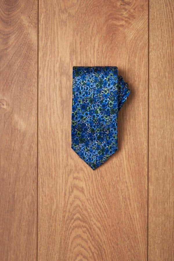 Corbata azul flores tonos verdes