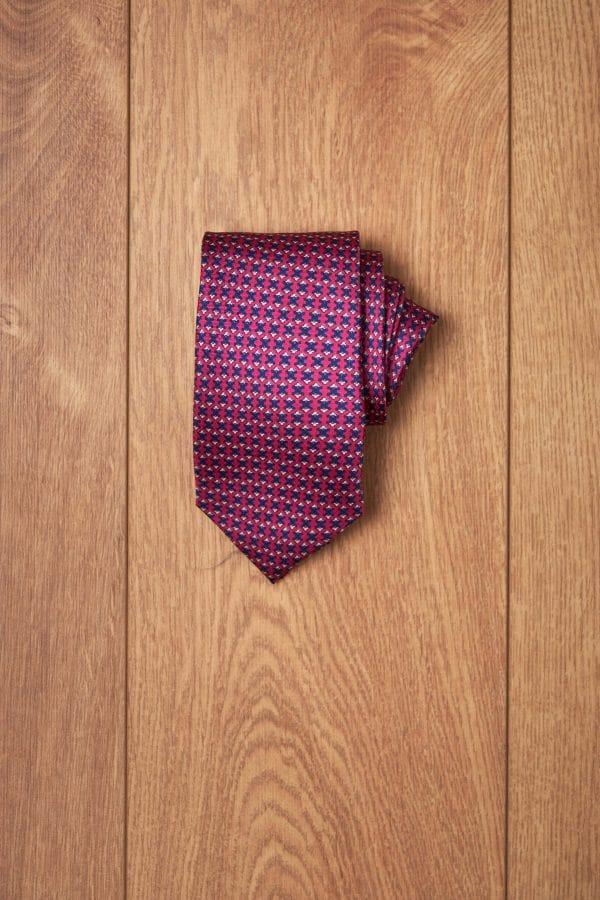 Corbata fucsia diseño geometrico