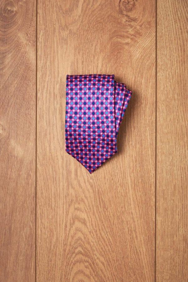 Corbata fucsia secuencia azules
